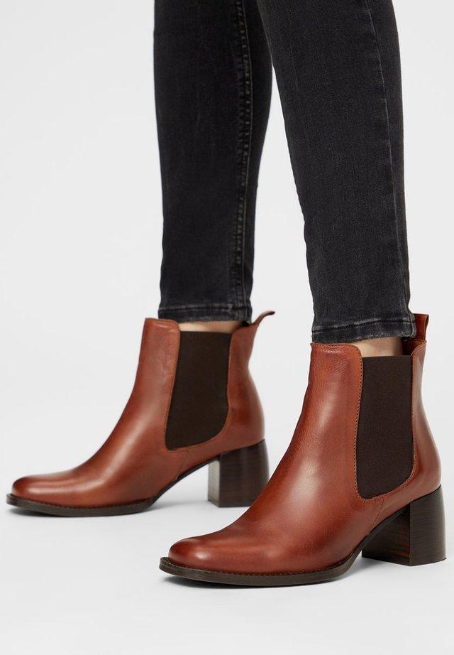BIADALYA - Boots à talons - cognac
