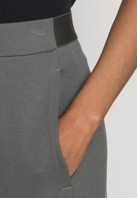 Marc O'Polo - CULOTTE CROPPED LENGTH ELASTIC WAISTBAND AT BACK - Trousers - olive garden - 4