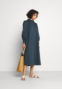 Tory Burch - ARTIST DRESS - Shirt dress - dark chambray - 1