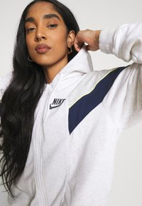 Nike Sportswear - HERITAGE - Zip-up hoodie - birch heather/grey heather/midnight navy - 4