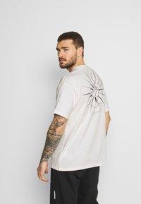 Nike Performance - TEE - T-shirt imprimé - pure - 0