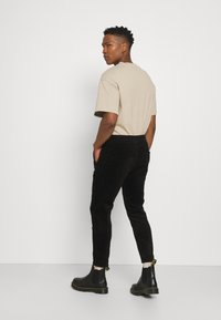 Only & Sons - ONSLINUS LIFE CROPPED - Trousers - black - 2