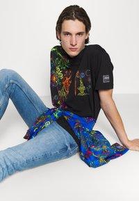 Versace Jeans Couture - REGALIA BAROQUE - Printtipaita - nero - 6