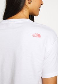 The North Face - MOUNTAIN CROP TEE - Triko s potiskem - white/mauveglow/jaiden green - 5