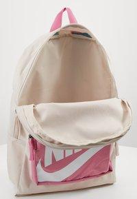 Nike Sportswear - CLASSIC - Batoh - light orewood brown/magic flamingo/white - 2