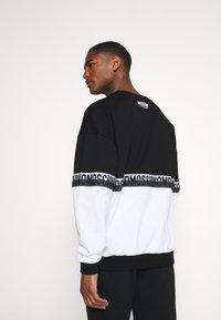 Moschino Underwear - Pyjamasoverdel - black/white - 2
