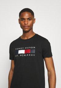 Tommy Hilfiger - LOGO BOX STRIPE TEE - T-shirt z nadrukiem - black - 3