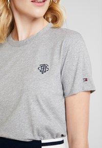 Tommy Hilfiger - ESSENTIAL EMBROIDERY TEE - T-shirt z nadrukiem - grey - 5