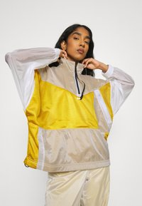 Nike Sportswear - W NSW TCH PCK - Cortaviento - dark citron/white/black - 3
