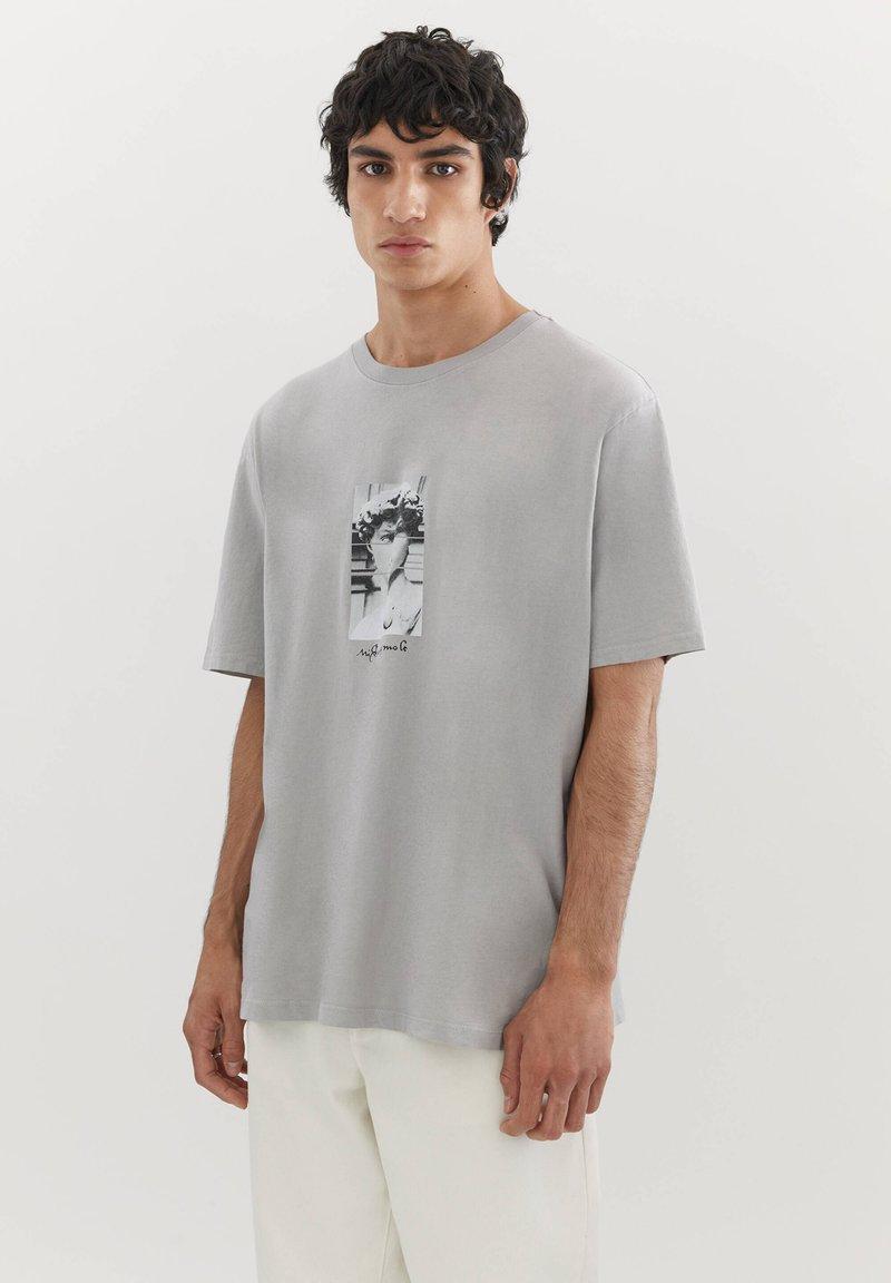 PULL&BEAR - MIT MICHELANGELO-WERK - Print T-shirt - mottled grey