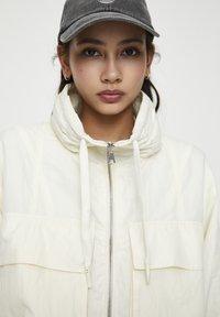 PULL&BEAR - GESTREIFTE SELVEDGE  - Summer jacket - mottled beige - 4