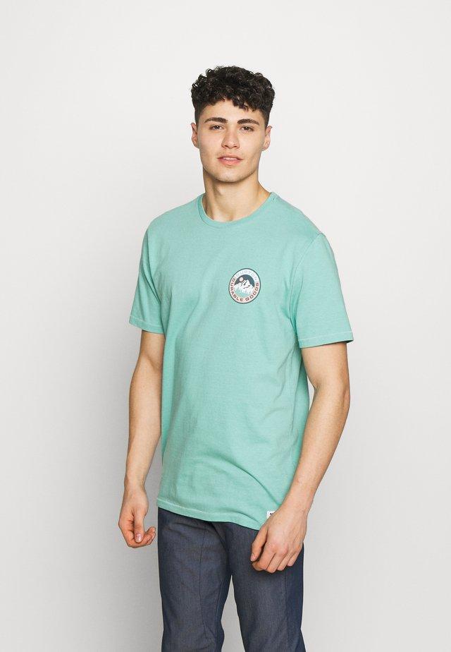 MENS LAND SHORT SLEEVE  - T-shirt z nadrukiem - buoy blue