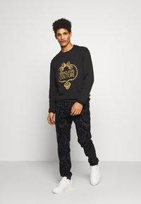 Versace Jeans Couture - CREW - Sweatshirt - black - 1