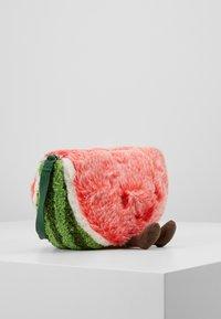 Jellycat - AMUSEABLE WATERMELON BAG - Taška spříčným popruhem - green - 4