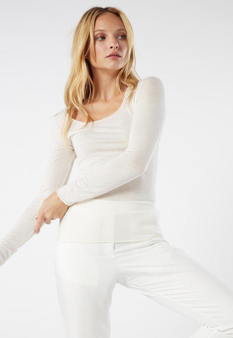 Intimissimi - LANGARMSHIRT AUS CASHMERE ULTRALIGHT - Long sleeved top - vaniglia