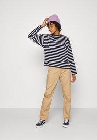 Carhartt WIP - ROBIE  - Long sleeved top - dark navy/white - 1