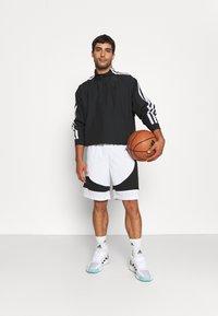 adidas Performance - PREMIUM BASKETBALL TEAM SHORTS - Pantaloncini sportivi - white - 1
