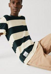 Lacoste - T-shirt imprimé - dunkelgrün / beige - 2