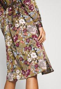Vero Moda - VMEMELY BELT DRESS - Denní šaty - green moss/emely - 3