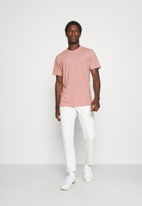 Selected Homme - SLHNORMAN O NECK TEE - Basic T-shirt - mellow rose - 1