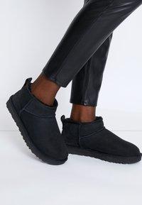 UGG - CLASSIC ULTRA MINI - Boots à talons - black - 0