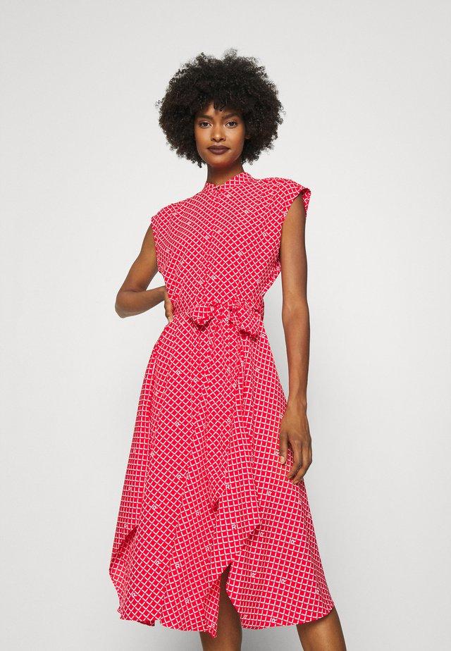 KRUTIE SLEEVELESS CASUAL DRESS - Košilové šaty - bright hibiscus/white
