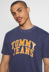Tommy Jeans - NOVEL VARSITY LOGO TEE - Print T-shirt - twilight navy - 3