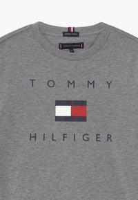 Tommy Hilfiger - LOGO TEE - Camiseta estampada - grey - 2