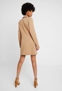 NA-KD - WIDE LAPEL BLAZER DRESS - Vestido camisero - camel - 2