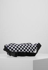Spiral Bags - CROSSBODY - Ledvinka - black/white - 2