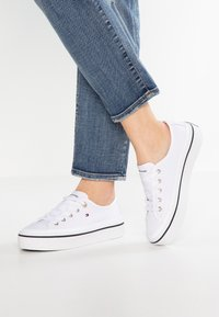 Tommy Hilfiger - CORPORATE FLATFORM SNEAKER - Matalavartiset tennarit - white - 0
