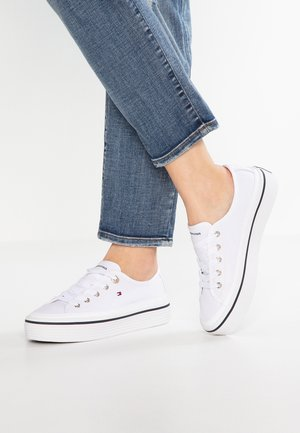 CORPORATE FLATFORM SNEAKER - Matalavartiset tennarit - white