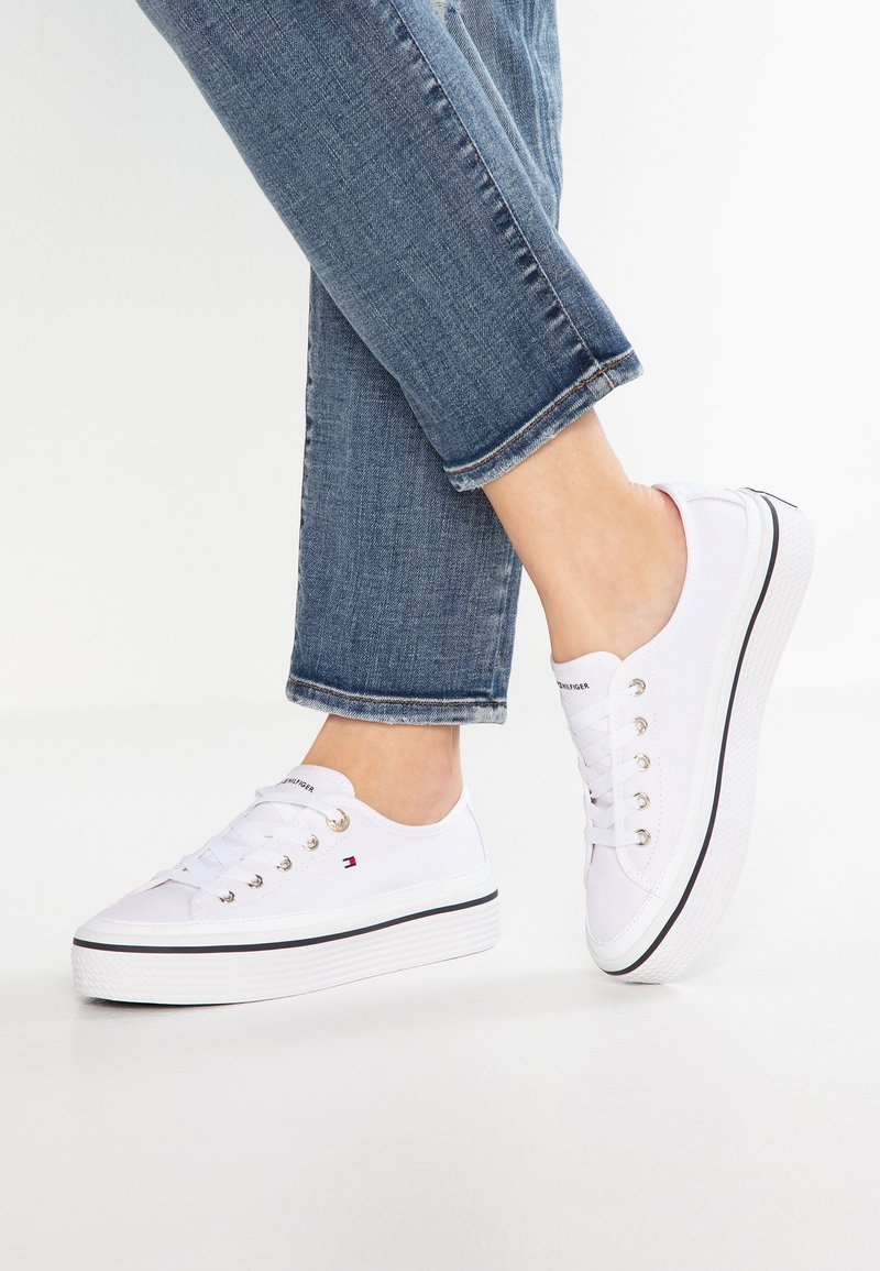 Tommy Hilfiger - CORPORATE FLATFORM SNEAKER - Matalavartiset tennarit - white