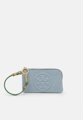 PERRY BOMBE COLOR BLOCK TOP-ZIP CARD CASE - Peněženka - icicle