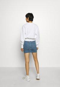 Calvin Klein Jeans - BADGE INTERLOCK - Long sleeved top - bright white - 2