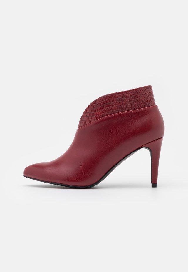CURVE - Korte laarzen - red