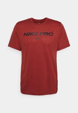 TEE PRO - Print T-shirt - dark cayenne