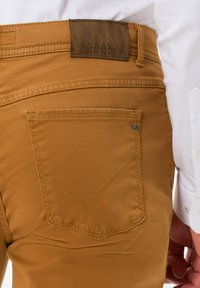 BRAX - STYLE COOPER FANCY - Straight leg jeans - curry - 4