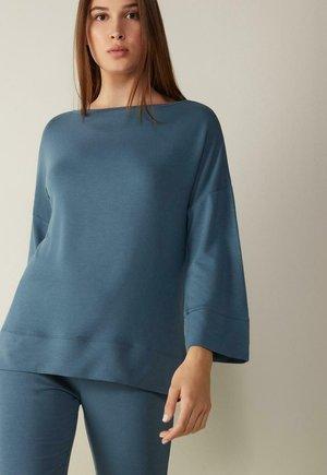 Sweatshirt - dark blue jeans