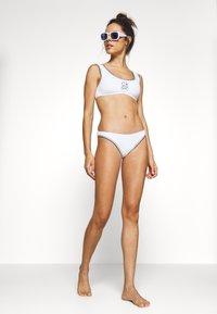 Calvin Klein Swimwear - CK PRIDE EDIT CHEEKY - Braguita de bikini - classic white - 1
