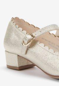 Next - GOLD SCALLOPED MARY JANE HEELS (OLDER) - Ballerina's met enkelbandjes - gold - 3