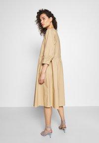 Moss Copenhagen - MINORA 3/4 DRESS - Denní šaty - travetine - 2