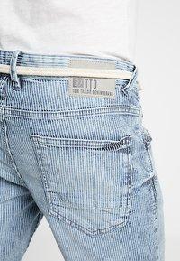 TOM TAILOR DENIM - REGULAR WITH BELT - Denim shorts - blue ecru/white - 3