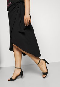 CAPSULE by Simply Be - TEXTURED WRAP SKIRT - Pencil skirt - black - 3