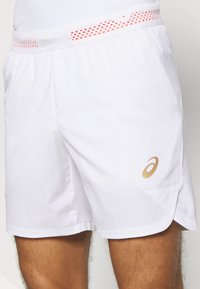 ASICS - TENNIS SHORT - Pantalón corto de deporte - brilliant white/sunrise red - 4
