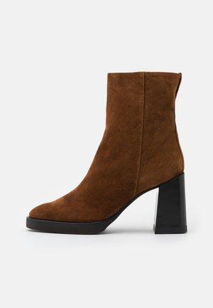 FURLA GRETA BOOT  - Kotníkové boty na platformě - cognac