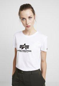 Alpha Industries - NEW BASIC - Print T-shirt - white/metalgold - 0