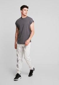 Nike Sportswear - WOVEN  - Træningsbukser - light bone/metallic silver - 1