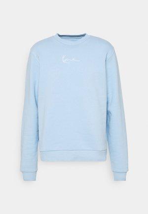 UNISEX SMALL SIGNATURE CREW - Sweatshirt - light blue