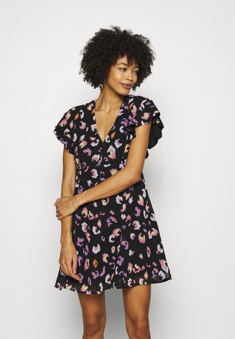 Guess - AYAR DRESS - Denní šaty - black/multi coloured